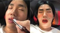 'Cười ra nước mắt' với màn chơi khăm 'lầy lội' của cô gái trẻ nhân lúc bạn trai đang ngủ
