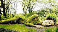 Lạ kỳ bức tượng thiếu nữ nằm ngủ được mẹ thiên nhiên tặng  'xiêm y' thay đổi theo 4 mùa