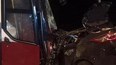 Thanh Hoá: Ô tô con đấu đầu xe khách kinh hoàng, 1 người tử vong tại chỗ, nhiều người bị thương