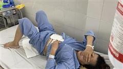Bị từ chối tình yêu, người đàn ông 35 tuổi đâm mẹ 4 con thủng ruột