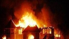 Mâu thuẫn gia đình, chồng mua xăng phóng hỏa đốt vợ con