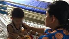 Bé 3 tuổi nguy kịch vì uống nhầm axit đựng trong chai nước trà xanh