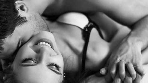 'Sáng' hay 'tối' trong chuyện ấy: Quý ông đừng bỏ qua 3 việc khiến nàng mê đa