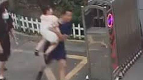 Đang bế con gái, ông bố bỗng bỏ lại đứa trẻ và vợ để chạy đi, dân mạng biết lý do vừa bật cười vừa xúc động