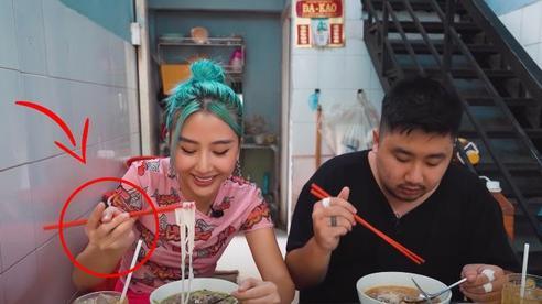 Quỳnh Anh Shyn vào Sài Gòn review 3 bát phở giá từ rẻ tới đắt nhất, fan tinh ý nhận ra một thói quen khó sửa của cô nàng trong video
