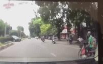 Ô tô driff cực gắt, 'đạp' nam thanh niên ngã văng xuống đường rồi nhấn ga bỏ chạy