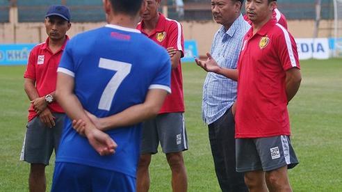 HLV Vũ Hồng Việt từ chức, Quảng Nam thành đội thứ 3 sa thải HLV