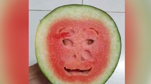 Quả dưa hấu kỳ lạ khi cắt đôi để lộ phần ruột như khuôn mặt người, có đủ mắt, mũi, miệng lại còn cười khiến nhiều người kinh ngạc