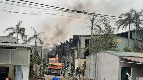 Cảnh sát mệt nhoài nỗ lực dập tắt đám cháy kho hoá chất cực lớn ở Hà Nội, nhiều thùng phuy phát nổ bay lên trời