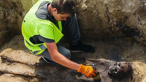 Xới đất làm đường cao tốc, công nhân xây dựng phát hiện hài cốt gần 100 đứa trẻ, kỳ lạ hơn là thứ được tìm thấy trong miệng chúng