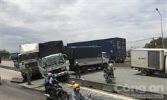 Container ủi văng 3 xe tải, chắn ngang quốc lộ 1