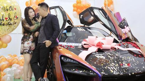 Ông chồng hot MXH hôm nay: Tặng vợ siêu xe 50 tỷ thuộc hàng mới nhất trên thế giới nhưng chi tiết trên biển số mới khiến hội chị em 'lịm tim'