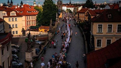 Một thành phố dựng hẳn chiếc bàn dài 488 mét để ăn mừng hết phong tỏa vì Covid-19