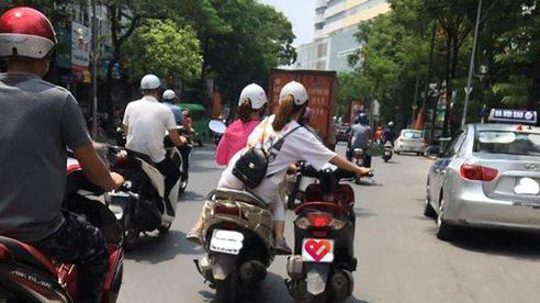Bức ảnh hot nhất trưa nay: 2 nữ ninja 'diễu hành' trên phố, cô gái ngồi sau có hành động khiến tất cả kinh sợ