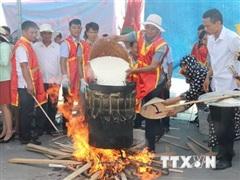 Sôi nổi Lễ hội Bánh chưng-Bánh giầy ở vùng biển Sầm Sơn