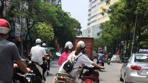 2 cô gái đi khiến nhiều người khiếp sợ bởi hành động liều lĩnh trên đường phố đông đúc xe cộ
