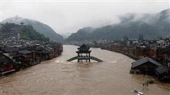 Phượng hoàng cổ trấn 'chìm trong biển nước' do mưa lớn kéo dài