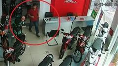 Hy hữu: Nhặt được ví tiền mang trả, trả xong mới tá hỏa khi người đánh rơi chính là kẻ trộm xe nhà mình