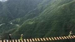 Dân mạng trầm trồ trước màn đi bộ trên chiếc cầu cheo leo giữa vách núi ngay tại Việt Nam nhưng đáng chú ý hơn cả thái độ của người đi cuối cùng