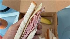 Sao bóng đá Mỹ méo mặt vì tin lời quảng cáo: Cầm trên tay món ăn trị giá 1/3 ngày lương nhưng chẳng bằng bánh mì dạo Việt Nam