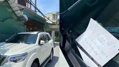Ô tô 7 chỗ đậu chắn ngang cửa nhà dân, chủ nhà tức giận viết mẩu giấy nhắn gửi khiến tài xế 'tái mặt'