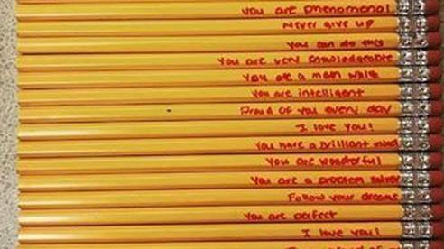 Mẹ viết những lời đặc biệt lên cây bút chì để khích lệ con trai làm trái tim cô giáo 'tan chảy'
