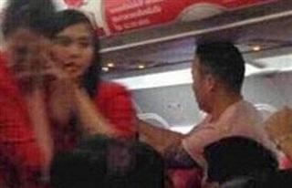 Ném điện thoại vào tiếp viên hàng không, nữ hành khách nhận kết đắng chát
