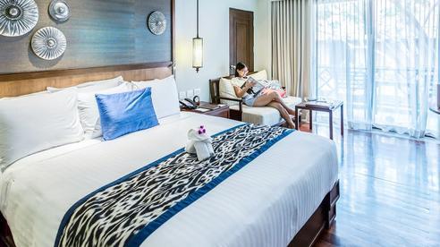 Đi du lịch cứ hay thắc mắc chiếc khăn khác màu trải trên giường khách sạn dùng làm gì, hóa ra công dụng lại 'tế nhị' thế này