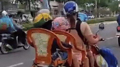 Một mình phải chở 3 con đi học nhưng lại chỉ có 1 xe máy, người mẹ đã nghĩ ra cách cực kỳ 'bá đạo' và gây không ít tranh cãi