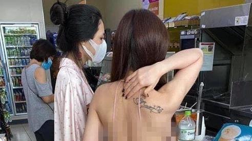 Cô gái mặc áo 2 dây để lộ toàn bộ lưng trần cùng vòng 1 hớ hênh khi mua đồ ở cửa hàng tiện lợi khiến nhiều người 'nóng mắt'