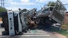 Hoảng hồn với hơn 100 bình ga lăn lóc trên đường sau vụ tai nạn
