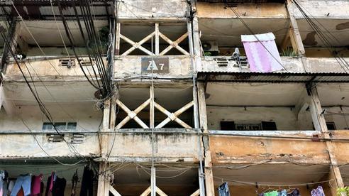 Cận cảnh căn nhà tập thể nghiêng 14 độ ở Hà Nội, hơn 200 người 'sốngtrong sợ hãi'