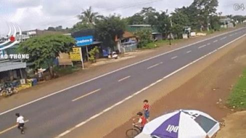Clip: Chạy qua đường mà không chú ý, bé trai bị xe ô tô đâm trúng, văng xa nhiều mét