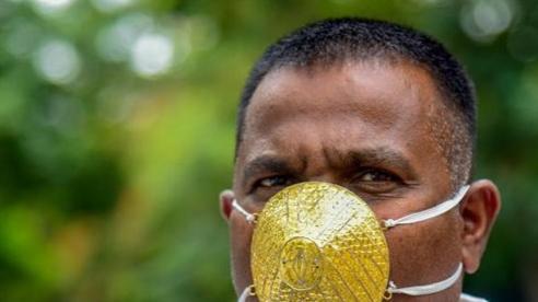 Đeo khẩu trang bằng vàng giá 4.000 USD chống virus corona