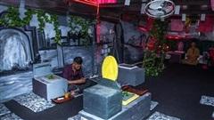 Dân mạng hốt hoảng với đoạn clip về quán cà phê tại Sài Gòn bên trong là một 'nghĩa trang' và khách ngồi thưởng thức đồ trên những 'ngôi mộ'