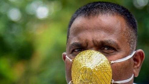 Đặt khẩu trang vàng 100 triệu đồng chống Covid-19, người đàn ông khiến dân tình 'lác mắt' khi ra chợ