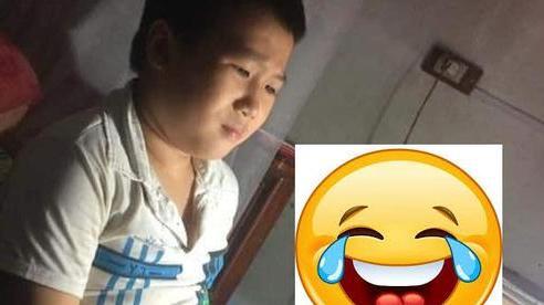 Cô giáo hỏi 'sao em không làm bài tập về nhà', trò liền lặng lẽ đưa ra 1 tấm hình mà cô giáo phải bụm miệng cười, không thể phạt