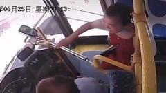 Nữ hành khách cướp vô lăng, tấn công tài xế xe buýt