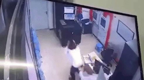 Hà Nội: Phẫn nộ nam thanh niên lao vào đánh tới tấp nữ bảo vệ chung cư, còn bình thản ngồi uống nước chờ nạn nhân quay lại để đánh tiếp