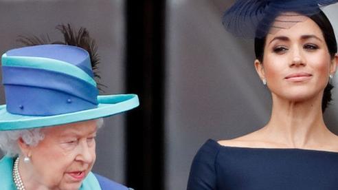 Hé lộ bằng chứng cho thấy mối quan hệ giữa Nữ hoàng Anh với Meghan Markle đã rạn nứt từ lâu khiến cô ôm hận trong lòng