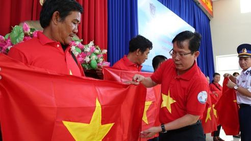 Ngư dân xứ Quảng hào hứng nhận cờ Tổ quốc từ Báo Người Lao Động