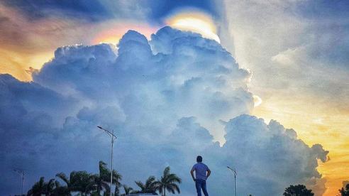 Tuyệt đẹp với loạt ảnh người Hà Nội tạo dáng bên chùm mây ngũ sắc chiều qua, hiện tượng không hiếm nhưng đây là lần vầng mây có nhiều màu rực rỡ đến lạ