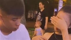 Bật cười với hình ảnh Phan Văn Đức ngồi 'xoa lấy xoa để' bụng vợ bầu ở quán nước vỉa hè, Nhật Linh 'xấu hổ' giơ tay che mặt