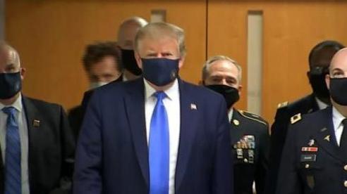 Ông Trump lần đầu công khai đeo khẩu trang phòng chống dịch