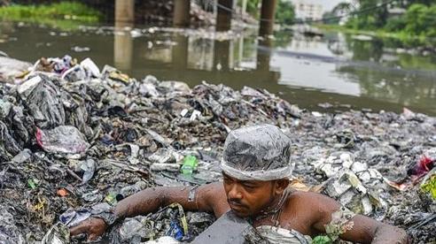 Mình trần dọn rác thải ngập ngụa dưới dòng kênh đen kịt bốc mùi hôi thối
