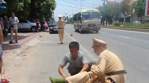 21 tuổi không đội mũ bảo hiểm chạy xe máy lao thẳng vào Đại úy cảnh sát