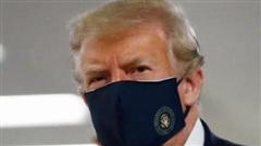 Tổng thống Trump lần đầu tiên đeo khẩu trang xuất hiện nơi công cộng