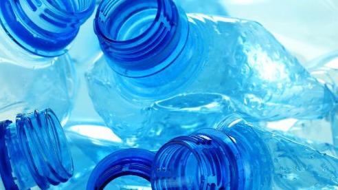 Dùng lại chai nhựa đã qua sử dụng để đựng nước chẳng khác nào 'uống nước từ bồn cầu', vậy mà nhiều người Việt có thói quen này