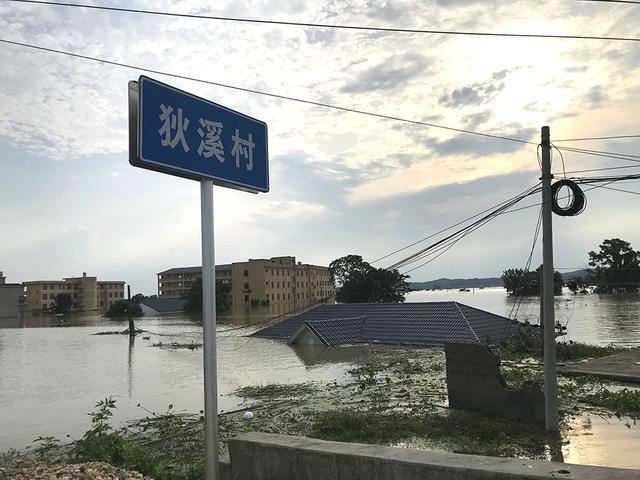 Người TQ run rẩy nhìn nước lũ vây khốn, nhà 'bị nhổ tận gốc', chỉ còn tâm niệm giữ mạng