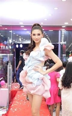 Võ Hoàng Yến hiếm khi diện váy voan bánh bèo như thế, fan thả tim mỏi tay